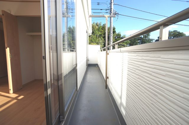 3号棟:横に広いバルコニーは洗濯スペースをたくさん確保してくれます。南向きで日差し良好です。