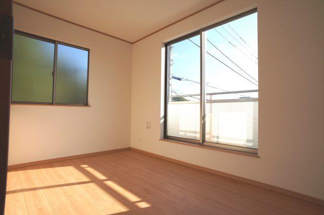 3号棟:2階5帖洋室。採光、通風が心地よいお部屋です。どんな目的にも心地よくお使いいただけるようなデザインになっております♪