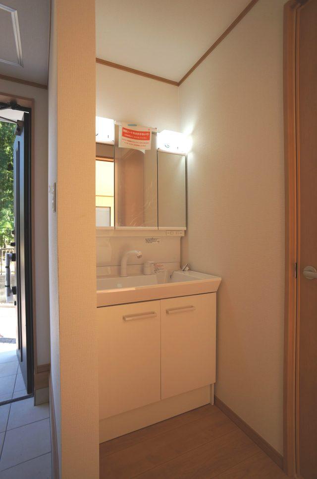 3号棟:1階洗面台。ゆとりの洗面スペースで朝の身支度もスムーズに♪