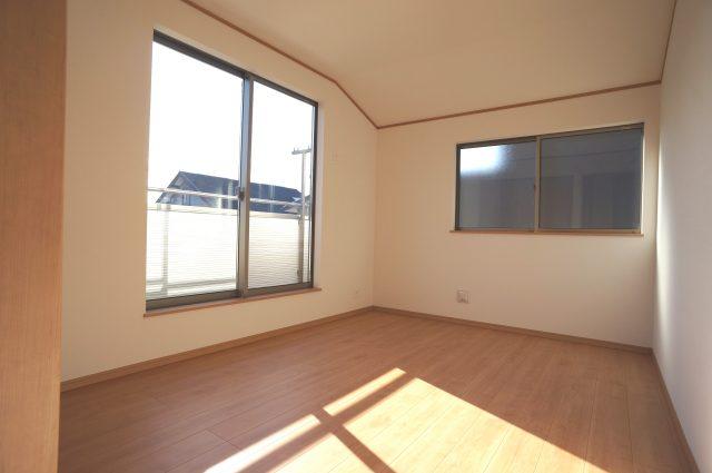 3号棟:2階6帖洋室。暖かな日差しが射し込むお部屋でのんびりしてみてはいかがでしょうか♪