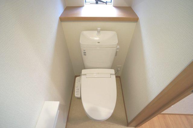 3号棟:小窓を設置する事により明るく、通気性の良いトイレとなっております♪デザインもシンプルで生活感が漂います。