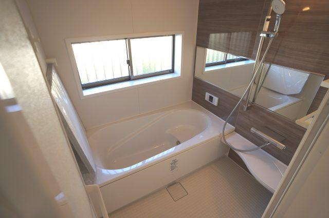 3号棟:広々とした浴槽で体を癒しながら、疲れを取り除けるような仕様です。お子様と一緒に楽しく入るのもいいですね。