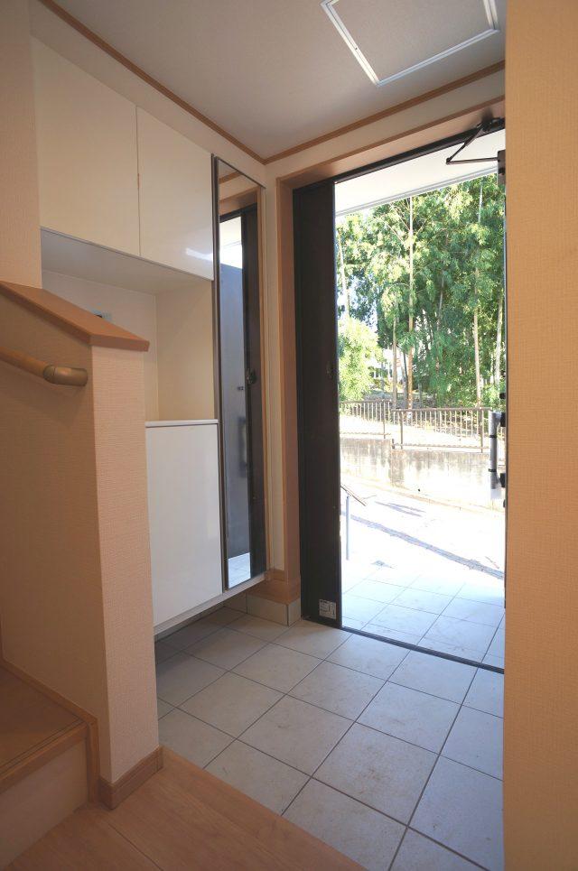 3号棟:玄関。居住者の帰り、訪れる方を優しく迎える・安らぎに満ちた生活空間を予感させるようなその佇まいが魅力的ですね。