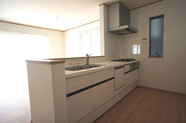 3号棟:人気の対面キッチン!お子様のご様子を見守りながら家事ができるので、奥様も安心です♪