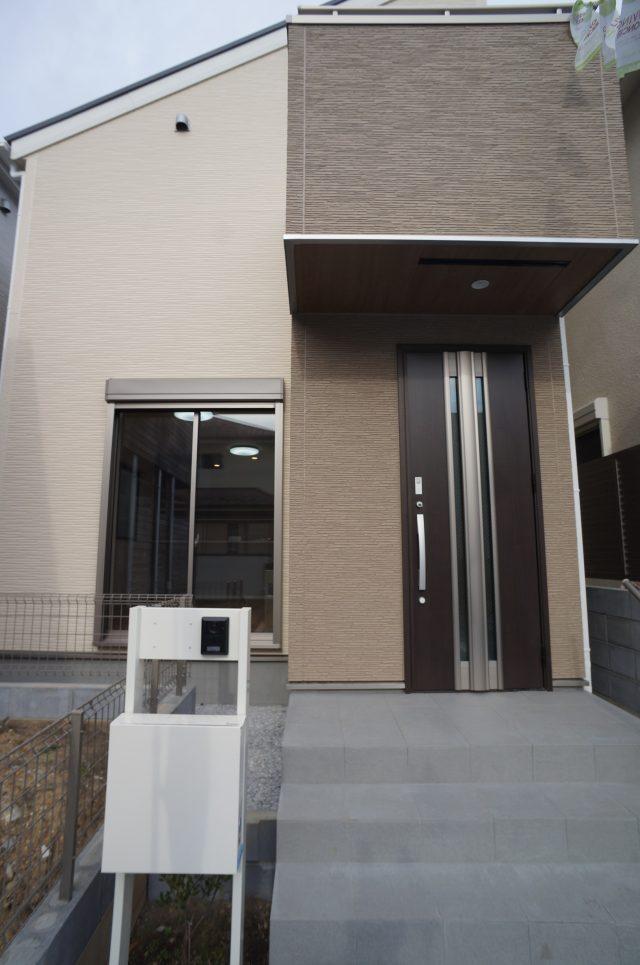 2号棟の外観です。玄関前にカースペースとアプローチ有り。