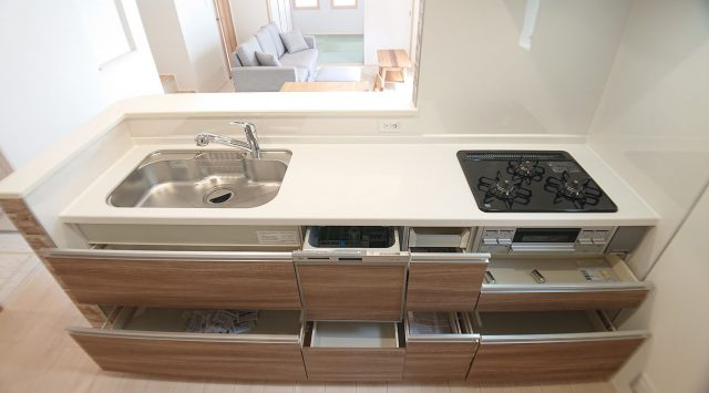 システムキッチンは食洗機付きの最新モデルです。